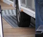Wohnwagen rollt in Fahrspur