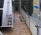 Wohnwagen steht in Fahrspur