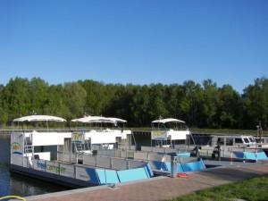 freecamper-Flotte im Hafen des Ziegeleiparks Mildenberg an der Havel