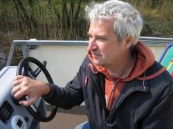 """Andreas Austilat, Autor des Buches """"Hotel kann jeder"""", am Steuer des freecampers"""