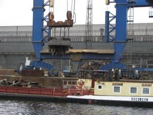 Im Industriehafen von Hennigsdorf wird Schrott entladen