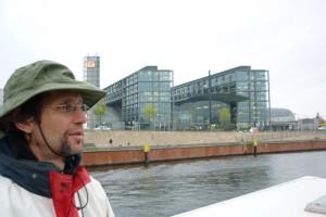der freecamper-Kapitän fährt am Berliner Hauptbahnhof vorbei
