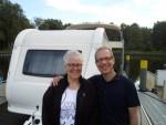 Mit dem Wohnwagen auf dem Wasser Urlaub machen müsst Ihr selbst erleben, meinen die Schweizer Brigitta und Peter