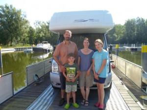 die Schweizer Familie erlebte die Natur ganz nah mit dem Wohnmobil auf dem Wasser camping