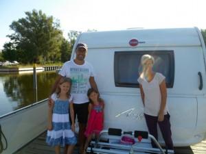 Diese freecamper-Gäste aus dem Ruhgebiet sind auf einem kleinen See vom Boot aus Baden gegangen