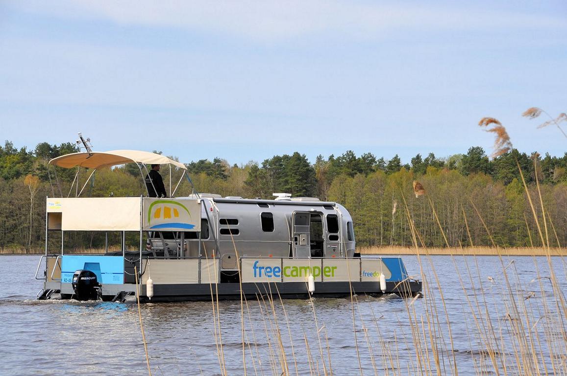 Wohnmobil auf dem Floß